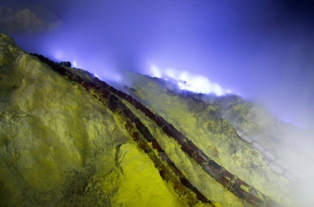 Indonesia, di notte il vulcano si tinge di blu