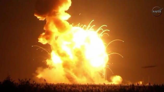 L'esplosione del razzo Antares subito dopo il lancio