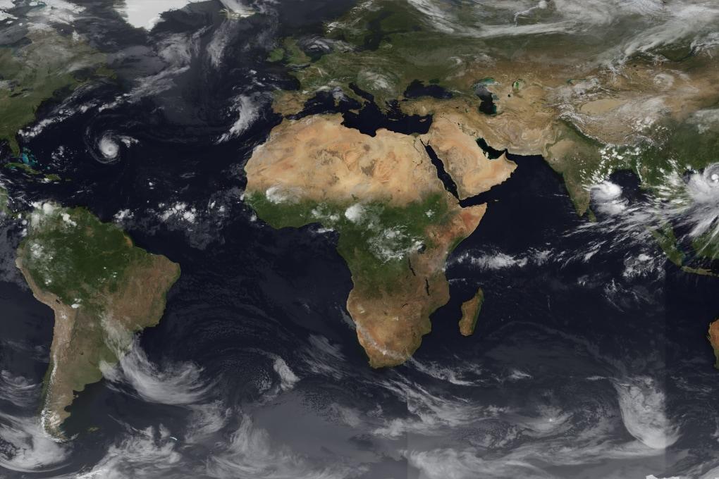 Tre cicloni in un'unica foto