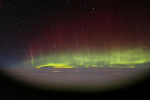L'aurora boreale dal finestrino di un aereo