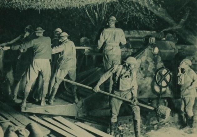 gasmasked_artillerymen