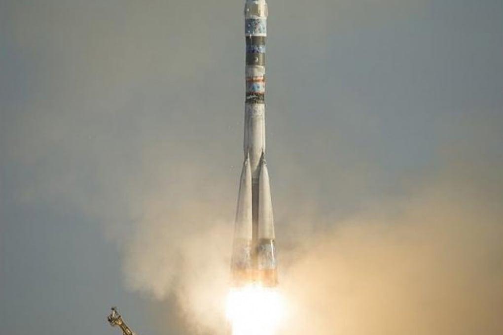La Soyuz è partita verso la ISS: a bordo tre astronauti e la torcia olimpica