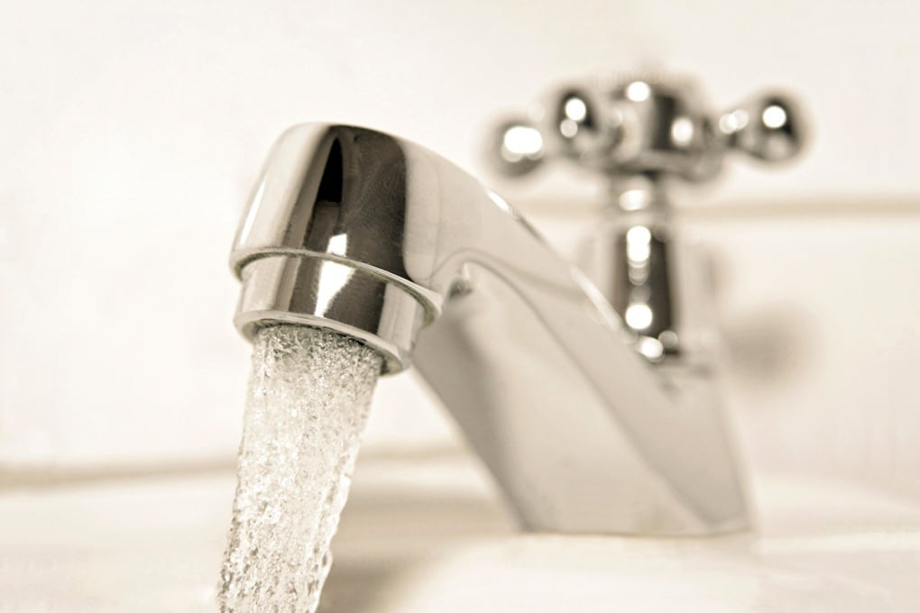 Perché il suono dell'acqua ci fa scappare la pipì?