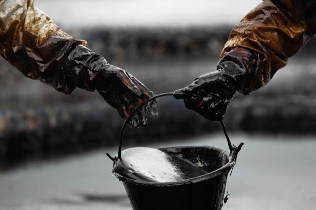 La pulizia del mare coperto di petrolio
