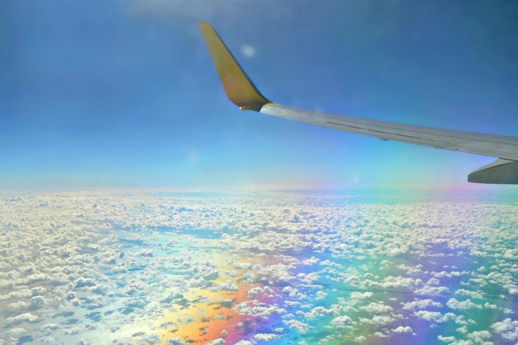 Aereo in volo sopra all'arcobaleno: la foto è una (mezza) bufala