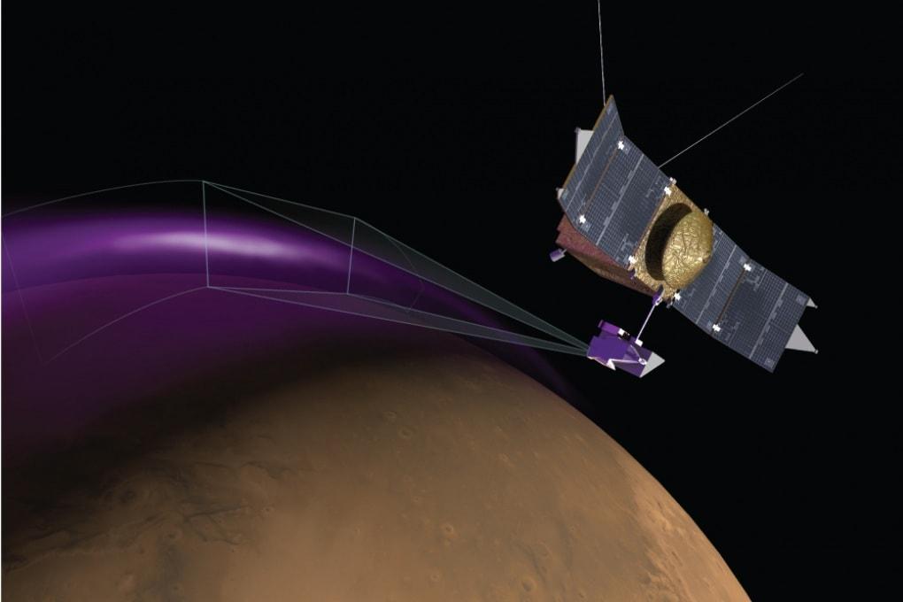 Un'aurora e una misteriosa nube di polvere su Marte