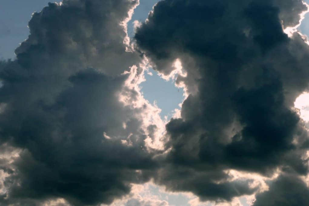Perché alcune nuvole sono bianche e altre grigie?