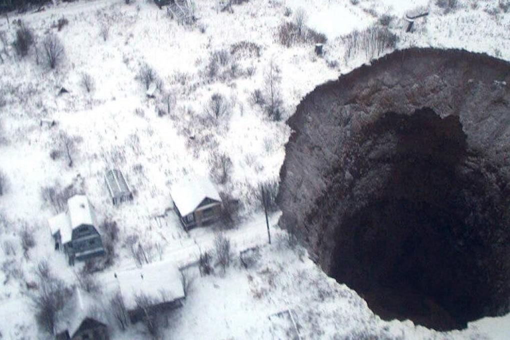 Una voragine incredibile si apre in Siberia nei pressi di una miniera