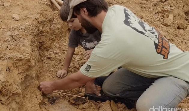 Un bambino di 5 anni scopre un fossile di un dinosauro