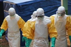 Il personale di Medici Senza Frontiere alle prese con l'epidemia di Ebola in Africa occidentale.