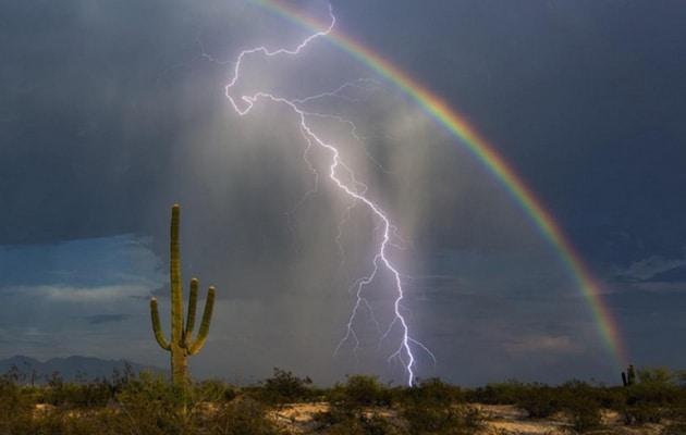 Fulmine e arcobaleno insieme, la foto della vita