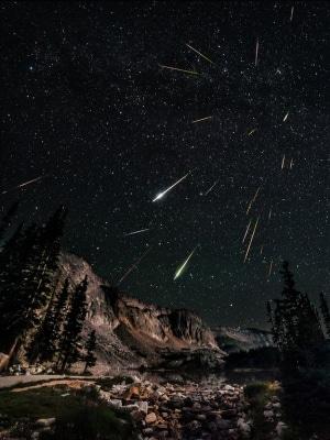 23 scatti diversi di varie meteore durante il picco delle Perseidi del 2012.