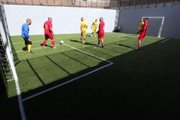 A Siena torneo di calcio tra detenuti, il campo è in gomma riciclata