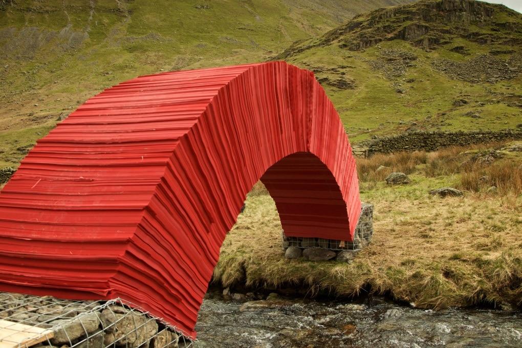Come fa un ponte di carta a stare in piedi?