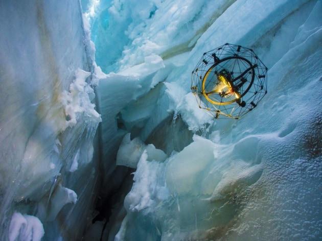 L'interno di un ghiacciaio visto da un drone
