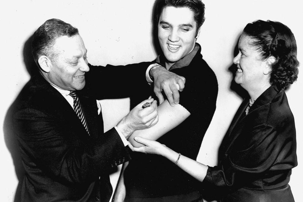 Elvis Presley viene vaccinato contro la polio negli studi della CBS nel 1956.