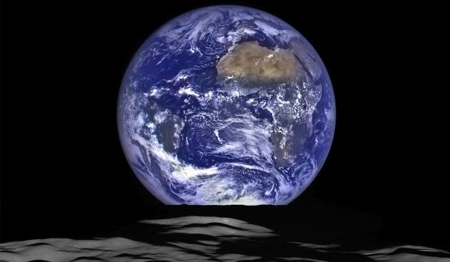La Terra che sorge vista dalla Luna