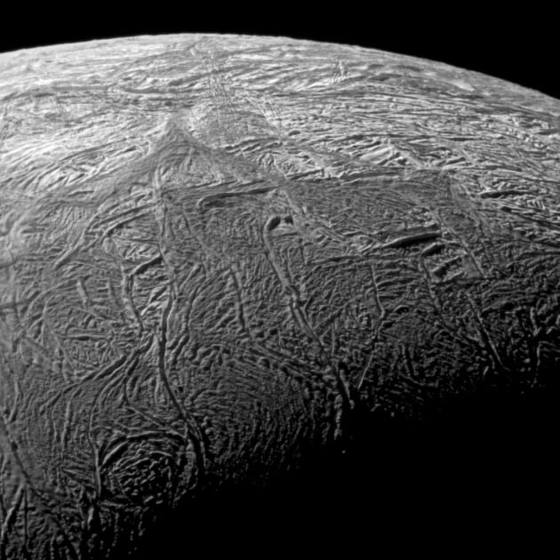 Cassini: Encelado, la luna di Saturno da vicino