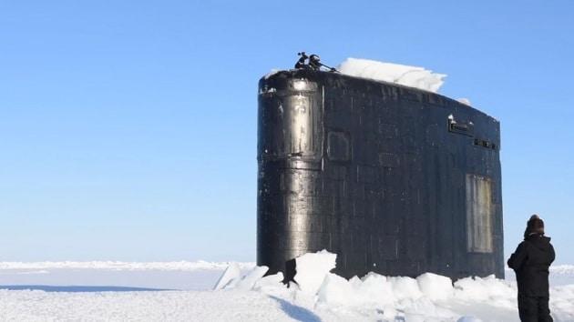 Un sottomarino emerge dai ghiacci artici