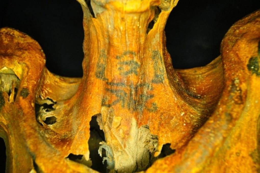 Sacerdotessa o maga: la mummia egizia coperta da tatuaggi