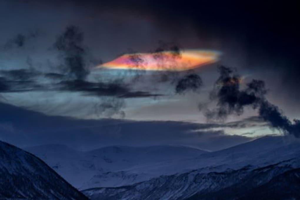 Spettacolari nubi nel buio polare