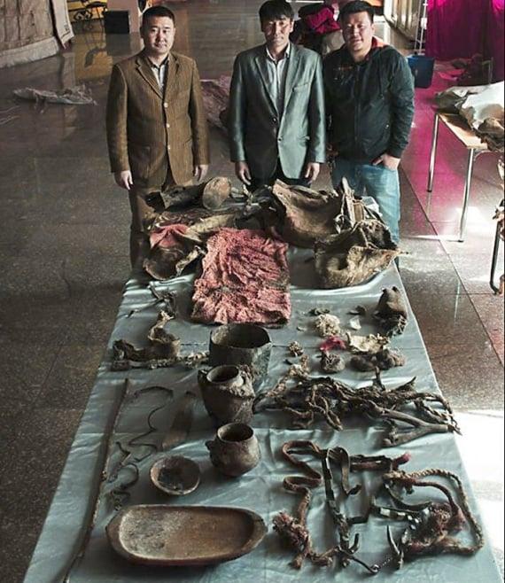 Gli oggetti ritrovati nella tomba insieme alla mummia