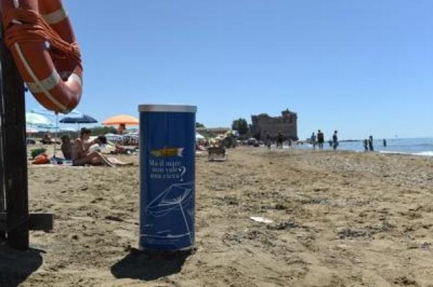 Volontari in azione per pulire spiagge da mozziconi