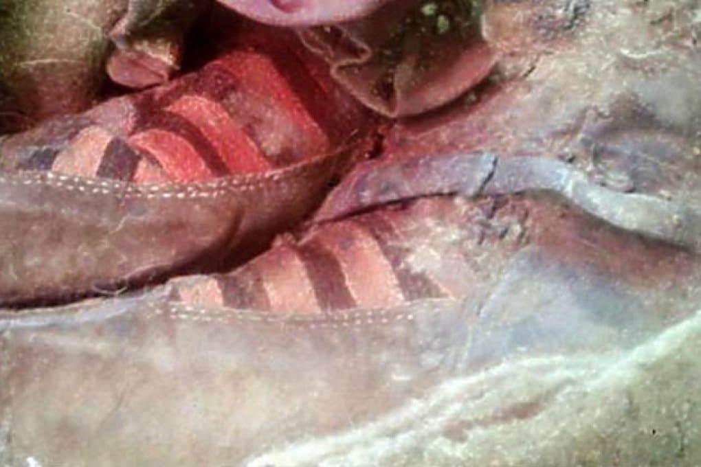 La mummia che sembra avere le scarpe da tennis