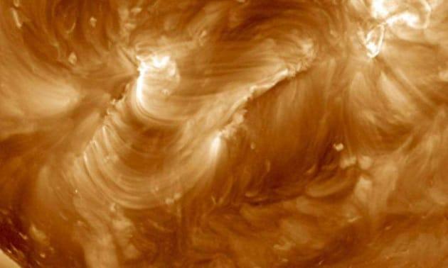 Una cascata di archi magnetici sul Sole