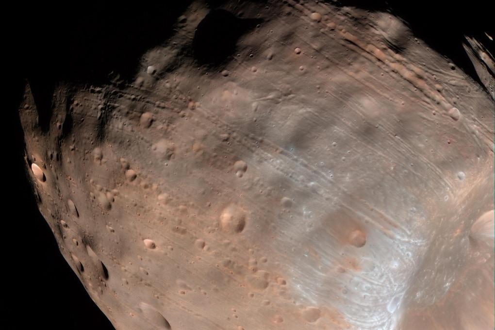 Phobos è segnato dalle forze di marea prodotte da Marte
