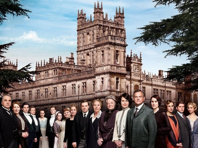 downton-abbey-cast-in-front-of-manor_073628