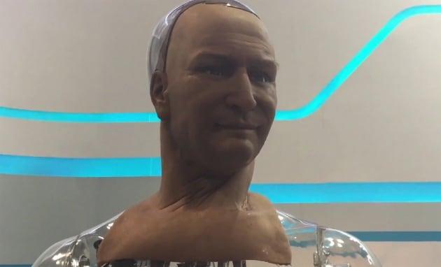 Il robot dal volto umano: sorride, commenta, risponde...