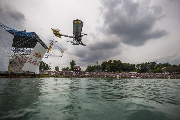 A Milano le bizzarre macchine volanti del Red Bull Flugtag