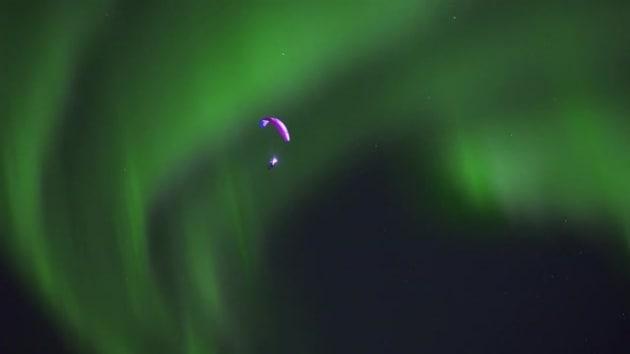 Parapendio nell'aurora boreale