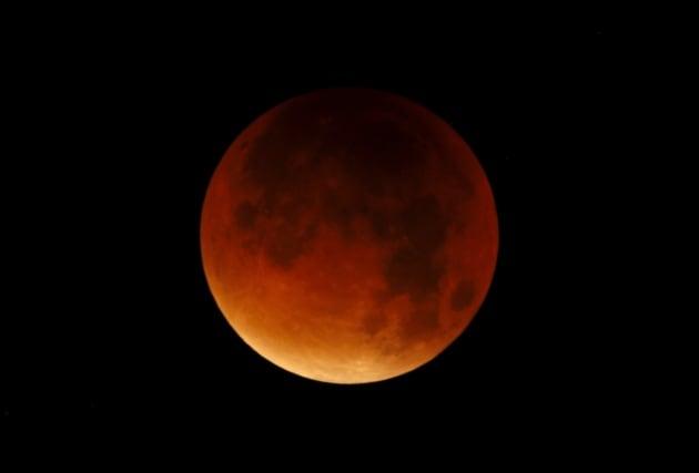 L'eclissi di Super Luna - in foto