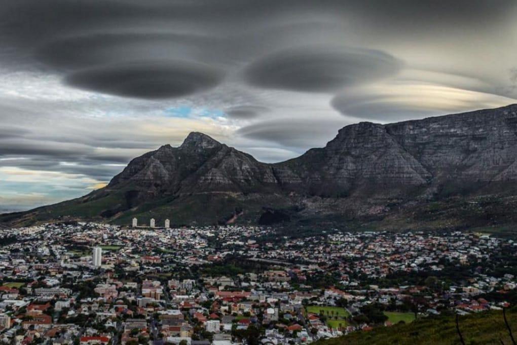 Nubi a forma di UFO nel cielo del Sud Africa