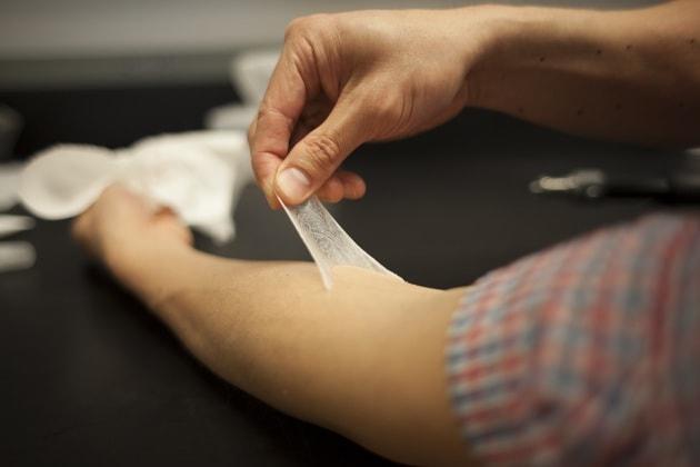 Una pellicola di pelle plastica per ridare giovinezza al viso