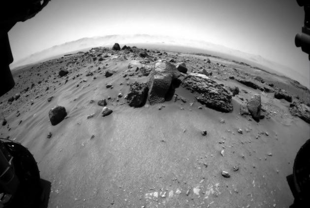 Curiosity e lo slalom tra le sabbie bagnate di Marte