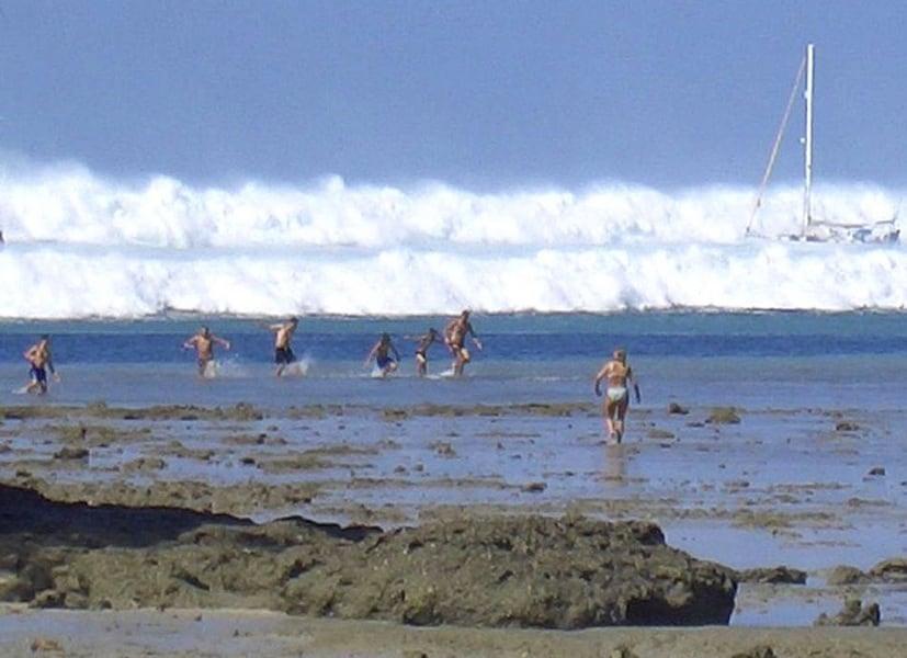 2006388-tsunami