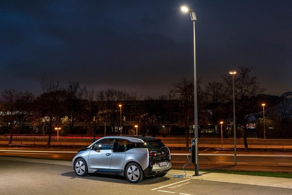 I lampioni BMW per ricaricare l'auto elettrica