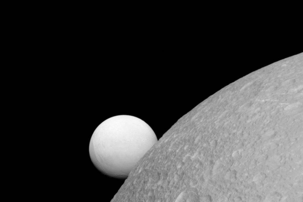 Dione ed Encelado in una foto di Cassini