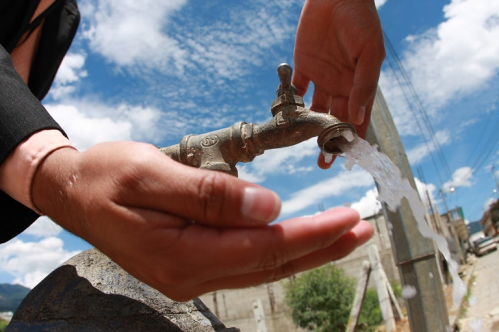 Davvero bisogna bere 8 bicchieri d'acqua al giorno?