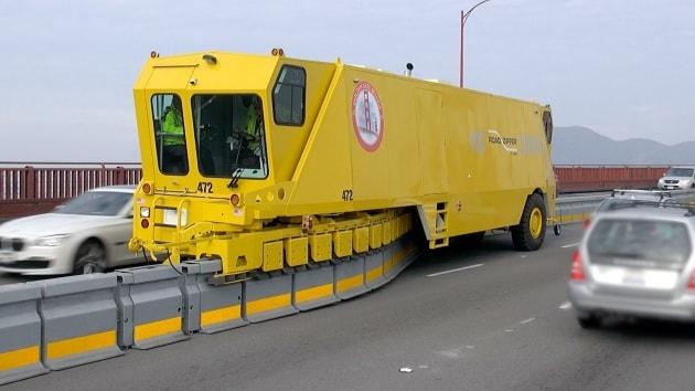 La macchina che sposta al volo le corsie delle autostrade