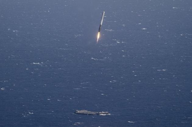 Le foto dello storico atterraggio in mare del Falcon 9