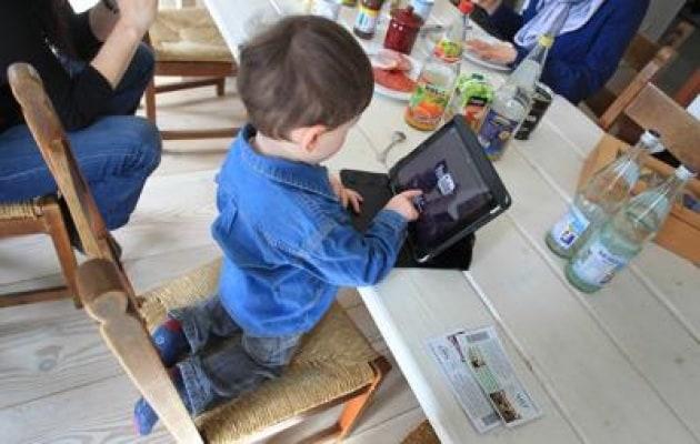L'allarme degli esperti, complici tablet e pc a tavola non si mastica più