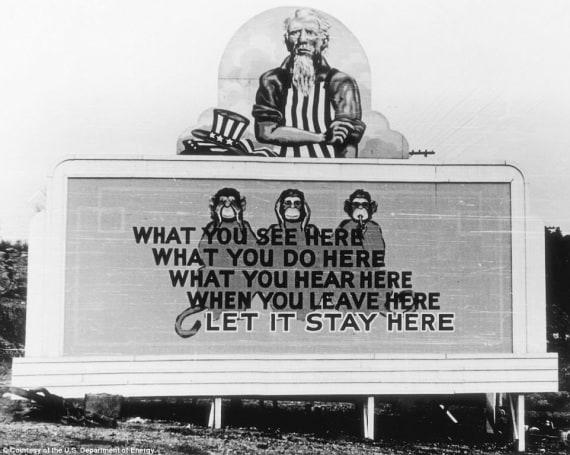 Un manifesto del 1943, esorta gli abitanti di Oak Ridge a mantenere riservati i loro lavori sul progetto di Manhattan. | US Department of energy
