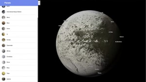Il bianco e nero Giapeto, satellite naturale di Saturno.
