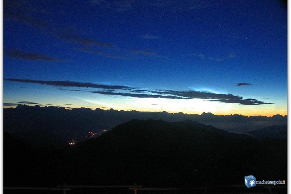 Veneto: nubi nottilucenti dal Monte Grappa