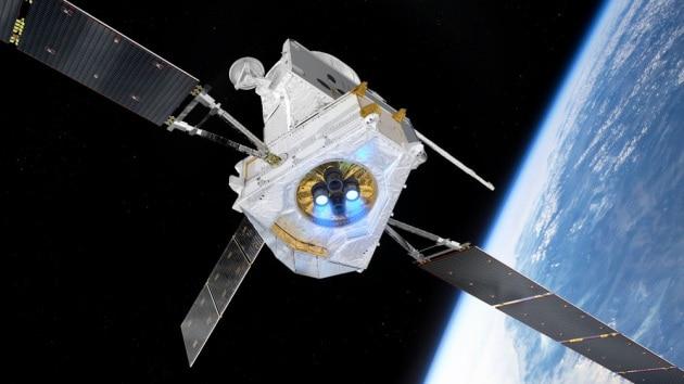 BepiColombo e la Terra, sullo sfondo, in un rendering pre-missione. Il nome della missione è un omaggio all'astronomo, fisico e matematico italiano Giuseppe Colombo, detto Bepi (1920-1984).|ESA