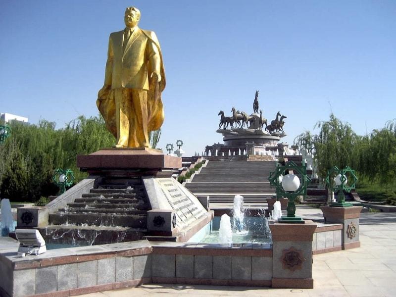 golden_statue_of_saparmurat_niyazov_in_ashgabat
